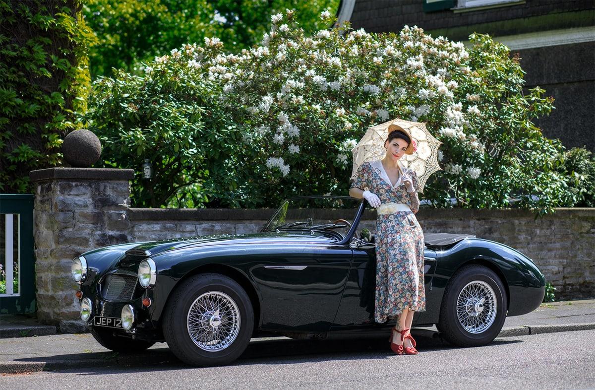 Eine Lady an einem Austin Healy 3000 – Autofotograf Dortmund