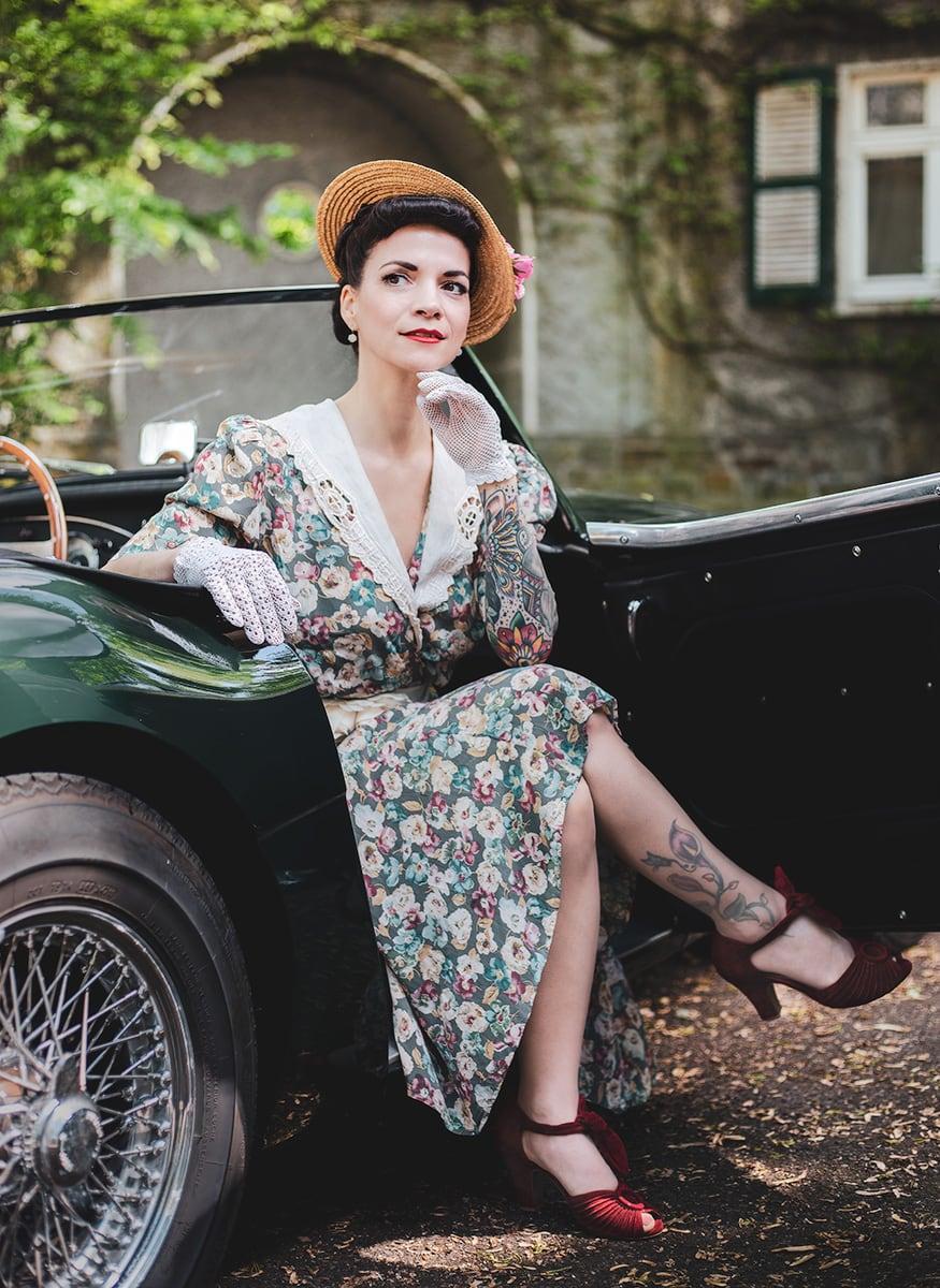 Eine Lady auf dem Beifahrersitz eines Austin Healy 3000 – Autofotograf Dortmund