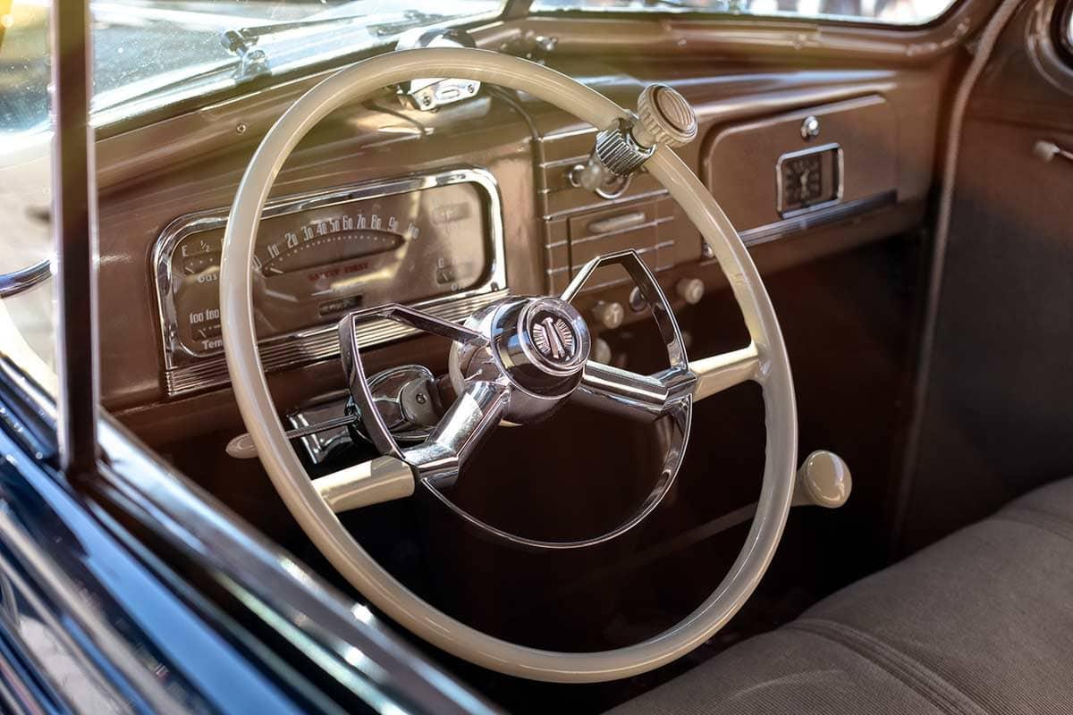 Lenkrad eines amerikanischen Oldtimers aus den 50er-Jahren – Autofotograf Dortmund