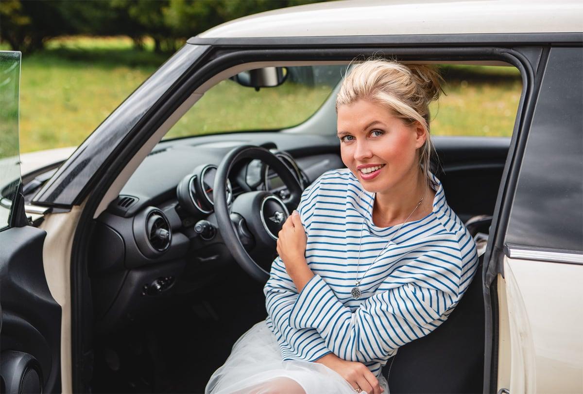 Frau sitzt im Einstieg eines Mini – Autofotograf Dortmund